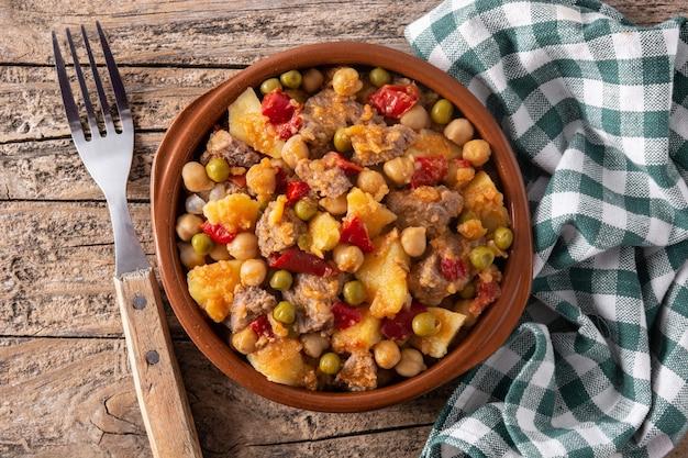 Еда ropa vieja в миске на деревянном столе