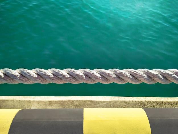 푸른 바다 물 배경에서 밧줄