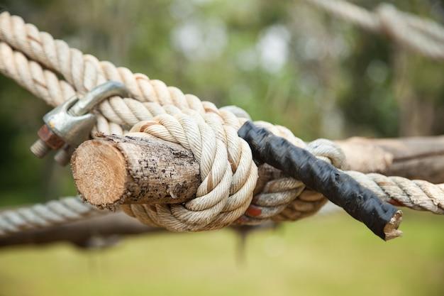 Веревка крепится к древесине.