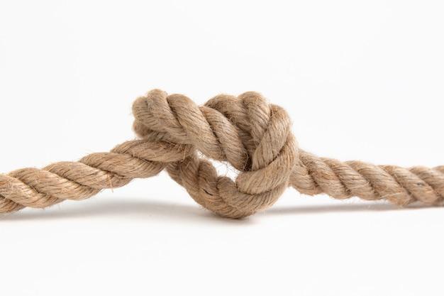 白いbaclgroundに分離されたロープの結び目