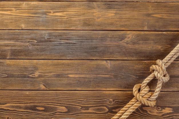 Веревочный узел на деревянной доске