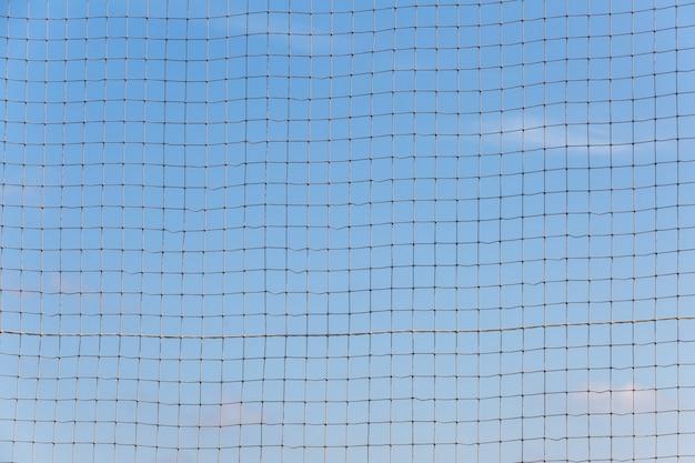 青い空を背景に長方形のロープメッシュ