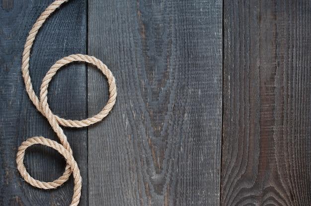 Веревка на старом деревянном фоне