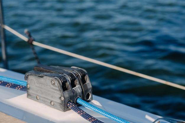 Sea.yacht 장비에 흰색 요트의 윈치에 밧줄