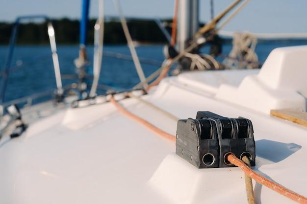 Sea.yacht機器の白いヨットのウインチにロープをかけます。