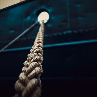 船側の背景に船をクローズアップで結んだロープ。