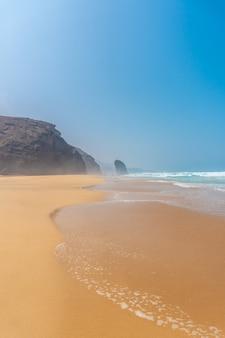 Роке-дель-моро с пляжа кофете в природном парке хандия, барловенто, к югу от фуэртевентуры, канарские острова. испания