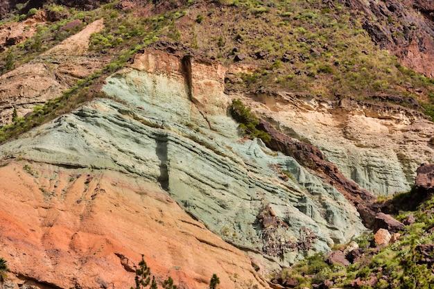 緑の草で覆われたスペインのロケヌブロ火山岩