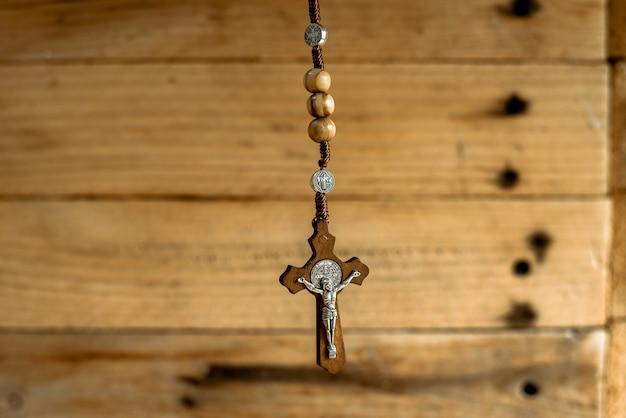 나무 구슬과 기독교 십자가가있는 묵주