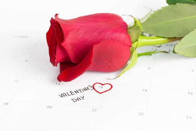 Роза и календарь на день святого валентина