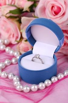 ピンクの布にローズと婚約指輪
