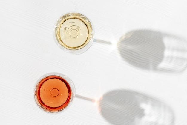 가벼운 나무 테이블에 유리 평면도에 장미와 화이트 와인 와인 바 와이너리 degustation 개념
