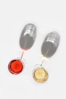 グラスにローズと白ワイン。ワインバー、ワイナリー、デグステーションのコンセプト。