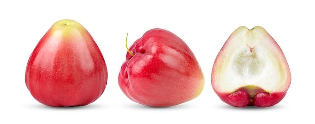 白い表面に分離されたローズアップル