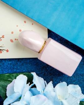 Rosa bottiglia di profumo sul tavolo
