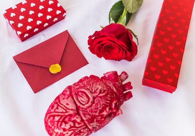 봉투 및 선물 상자와 장미 지점