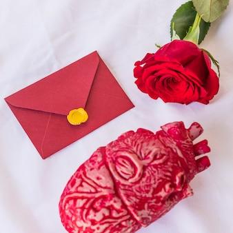 Ramo di rose con busta sul tavolo
