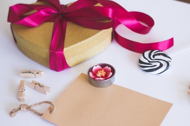 Candela rosa e scatola regalo