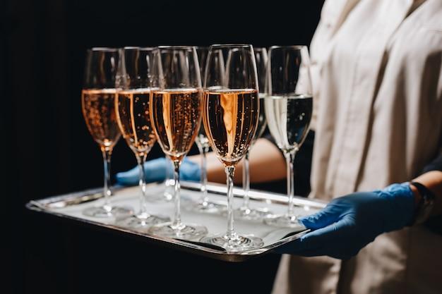 Розовое шампанское игристое вино в бокалах кейтеринг на стойке регистрации для мероприятия