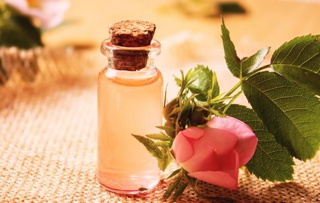 Эфирное масло розы шиповник выборочный фокус. природа