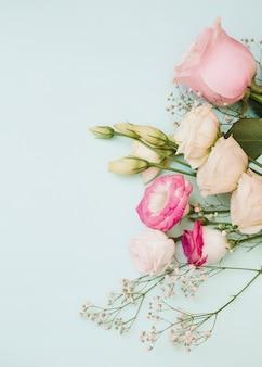 Rosa; eustoma e fiori del respiro del bambino su sfondo blu