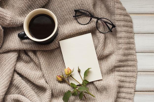 コーヒーカップとバラの花