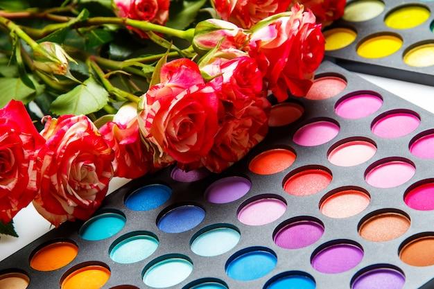 Розовые цветы и палитры с тенями для век