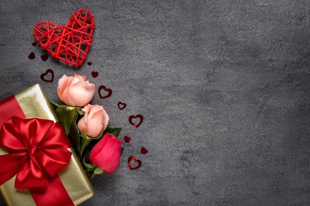 Букет розовых цветов на сером фоне бетона открытка на день святого валентина. копировать пространство