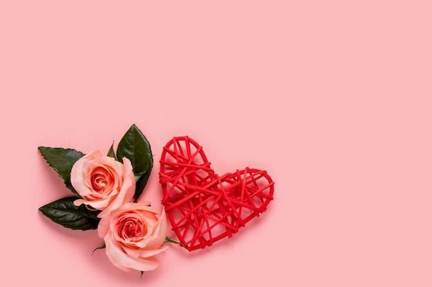 Букет розовых цветов на розовом фоне валентина открытки. копировать пространство