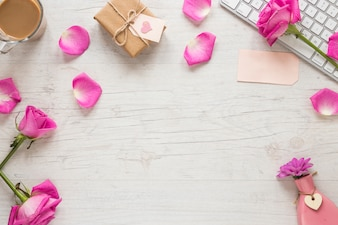 ギフト用の箱とテーブルの上のキーボードとバラの花