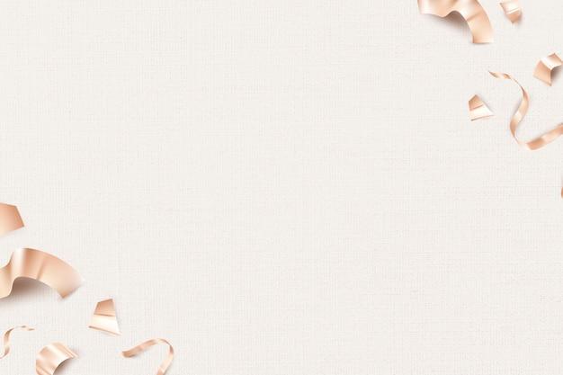 Nastri 3d di compleanno in oro rosa per biglietto di auguri su sfondo beige