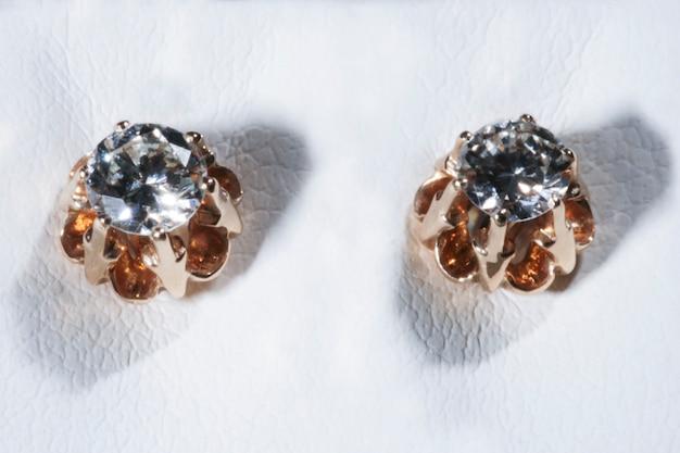ホワイトにローズゴールドダイヤモンドソリティアイヤリング