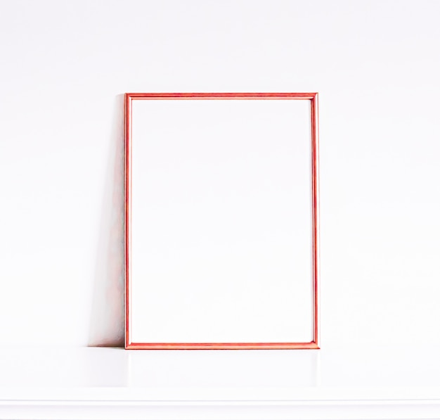 白い家具の豪華な家の装飾とモックアップポスタープリントとprintablのためのデザインのローズゴールドフレーム...