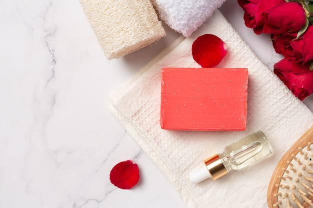 Sapone fatto a mano alla rosa su sfondo di marmo