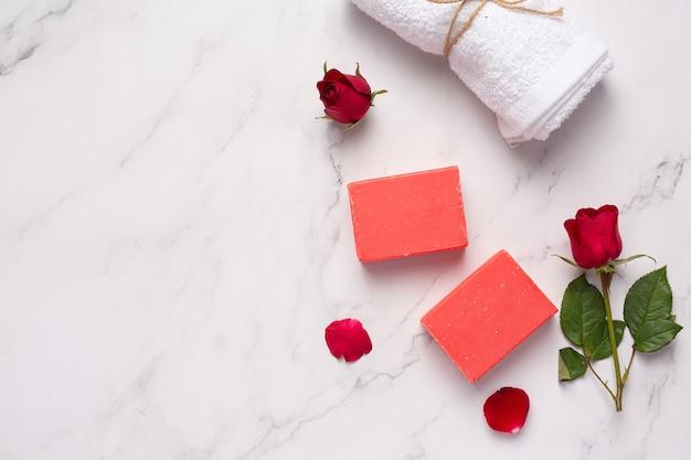 大理石の背景にバラの手作り石鹸