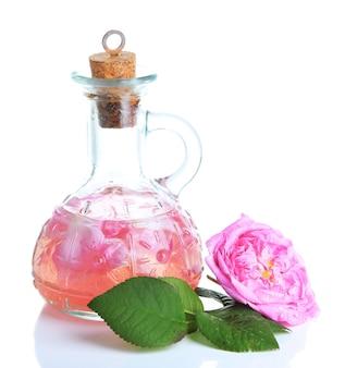 Розовое масло в бутылке, изолированной на белом