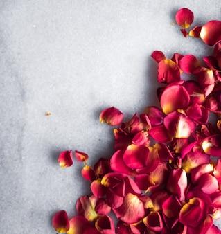 Лепестки роз на мраморном фоне, цветочный декор и свадебный плоский праздничный фон для поздравительной открытки для приглашения на мероприятие, плоский дизайн