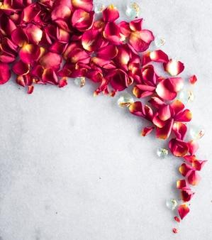 Лепестки роз на мраморном фоне, цветочный декор и свадебный плоский праздничный фон для поздравительной открытки для ...