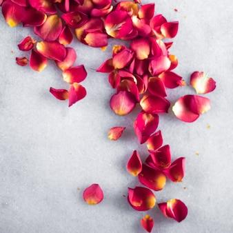 大理石の背景の花の装飾と結婚式のフラットレイホリデーグリーティングカードの背景にバラの花びら...