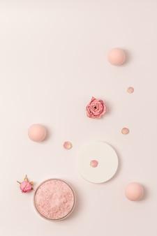 모자와 장미 꽃과 함께 항아리에 장미 향이 나는 바다 소금