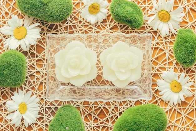 장미 모양의 양초와 camomiles