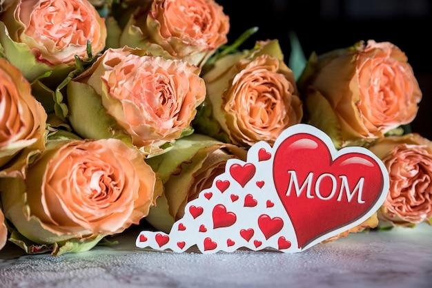 母の日の碑文とバラの春の花