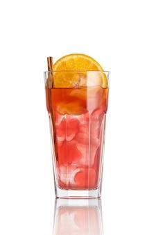 Летний коктейль из роз с апельсином на изолированном белом