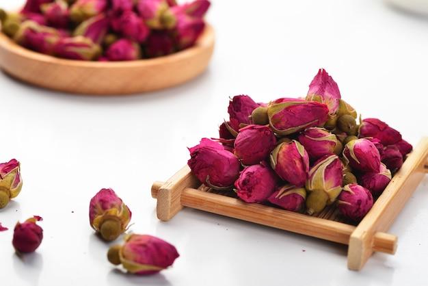 Чай из роз на белом фоне