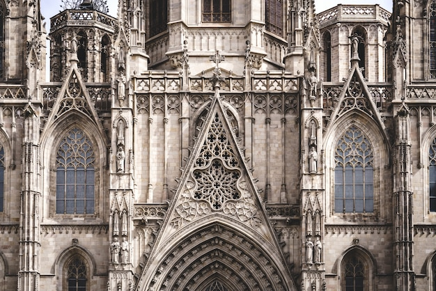 Окно-роза и скульптурная филигрань перед готическим собором