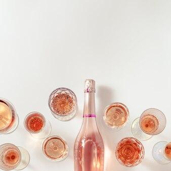 크리스탈 잔에 로즈 와인 구색 장미 샴페인 스파클링 와인 병