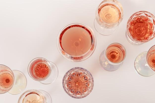크리스탈 잔에 로즈 와인 구색 로즈 샴페인 스파클링 와인