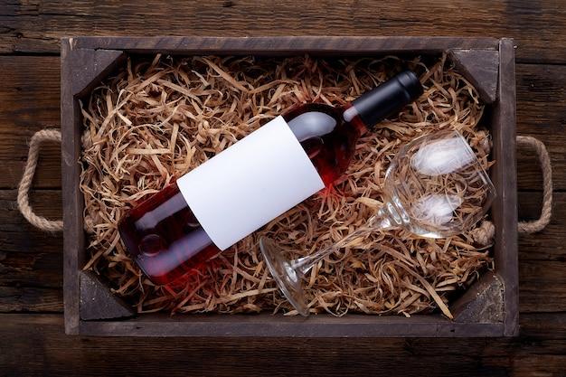 Бутылки розового вина в открытой деревянной коробке