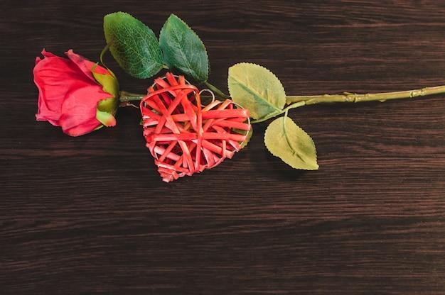 上部の心とバラ