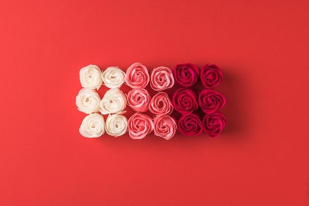 빨간색 바탕에 3 개의 꽃의 rosebuds입니다. 꽃 배경입니다.